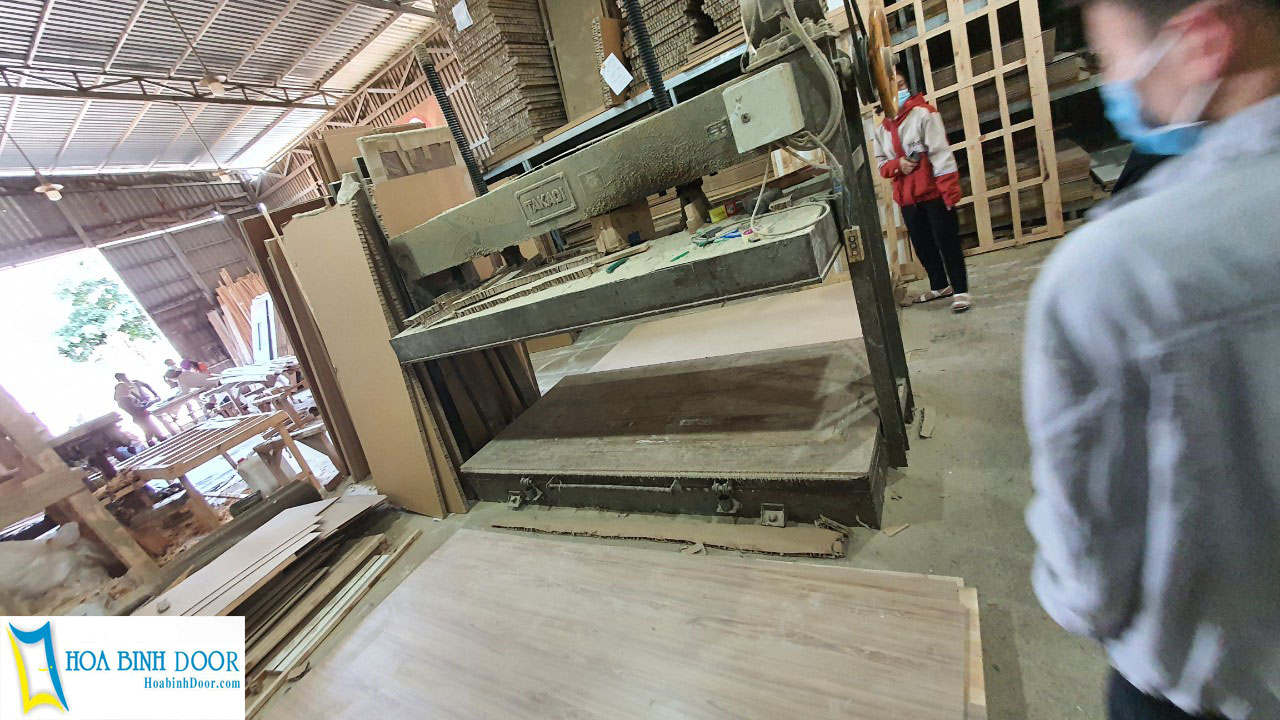Xưởng sản xuất cửa gỗ công nghiệp